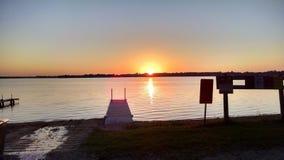 Lönn sjö på solnedgången arkivfoton