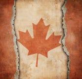 Lönnlövflaggan av Kanada på sönderrivet papper Royaltyfri Foto
