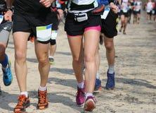 Löpare av maratonloppet under arkivfoto