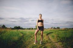 Löpare för konditionsportflicka som tar avbrottet, når att ha joggat utomhus Fotografering för Bildbyråer