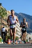 Löpare från olika lag konkurrerar Royaltyfri Fotografi