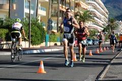 Löpare från olika lag konkurrerar Arkivbilder