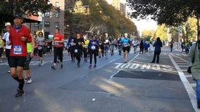 Löpare i Manhattan deltar i NYC-maraton stock video