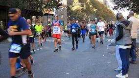 Löpare i Manhattan deltar i NYC-maraton arkivfilmer