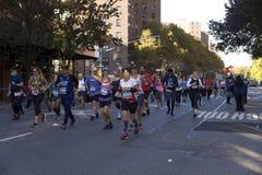 Löpare i Manhattan deltar i NYC-maraton royaltyfri fotografi