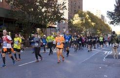Löpare i Manhattan deltar i NYC-maraton royaltyfria foton