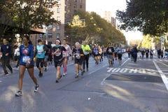 Löpare i Manhattan deltar i NYC-maraton royaltyfria bilder