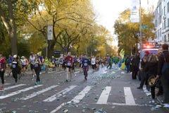 Löpare i Manhattan deltar i NYC-maraton arkivbild