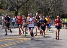 Löpare körde upp hjärtesorgkullen under den Boston maraton April 18, 2016 i Boston Royaltyfria Foton