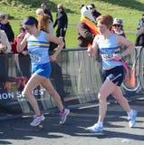 Löpare konkurrerar i Edinburghen vaggar - och - rullar den halva maratonen 2012 Royaltyfri Foto