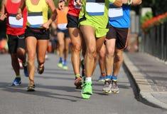 Löpare några meter från ankomsten av throuen för maratonlopp royaltyfri foto