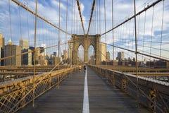 Löpare på den Brooklyn bron arkivfoto
