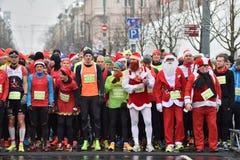 Löpare på start av traditionell Vilnius jul springer Arkivbilder