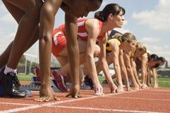 Löpare som får klar att starta loppet Arkivfoto
