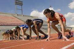Löpare som får klara att starta loppet Royaltyfria Bilder