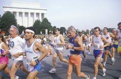 Löpare som går förbi den Lincoln minnesmärken, Royaltyfria Foton