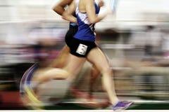Löpare som kör ett lopp på spår med taktpinnerelän Team Score Royaltyfri Bild