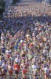 Löpare som korsar mållinjen Arkivbild