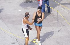Löpare som korsar mållinjen, Los Angeles maraton, Los Angeles, CA Arkivfoton