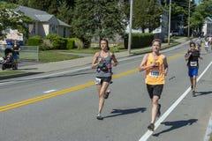 Löpare som passerar milfläcken Royaltyfri Fotografi