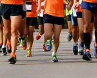 Löpare som springer till mållinjen av maraton royaltyfri foto