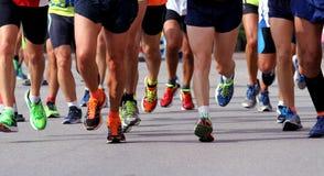 Löpare som springer till mållinjen av maraton Arkivfoto