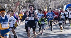 Löpare som springer vägen 5K fotografering för bildbyråer