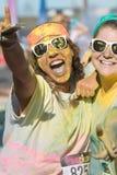 Löpare som täckas i kulör havrestärkelse, firar avslutningfärgkörning Royaltyfri Fotografi