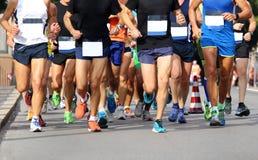 Löpare under maraton på vägen i stad Royaltyfri Bild