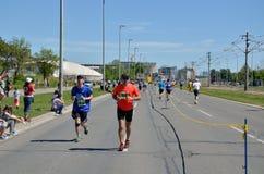 Löpare under maratonloppet Royaltyfri Bild