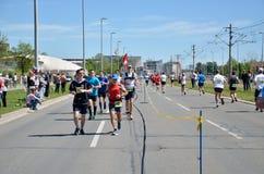 Löpare under maratonloppet Royaltyfri Foto