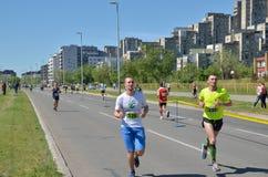 Löpare under maratonloppet Arkivbild