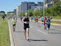 Löpare under maratonloppet Arkivfoton