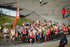 Löpare upp den första kullen i loppet för mästerskap för världsberg det körande arkivbild