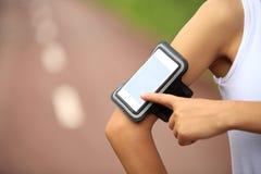 Löpareidrottsman nen som lyssnar till musik Arkivfoto