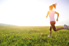 Löpareidrottsman nenspring på gräs royaltyfri bild
