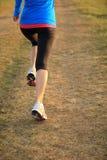 Löpareidrottsman nenspring på grässjösidan Royaltyfria Bilder