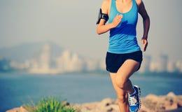 Löpareidrottsman nenspring på sjösidastaden Arkivfoton