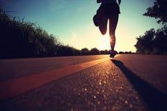Löpareidrottsman nenspring på sjösidavägen Royaltyfria Foton