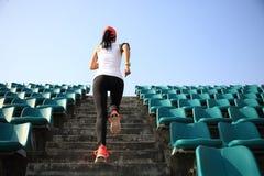 Löpareidrottsman nenspring på trappa royaltyfri foto
