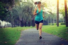 Löpareidrottsman nenspring på tropiskt parkerar fotografering för bildbyråer