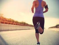 Löpareidrottsman nenspring på vägen royaltyfri bild