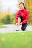 Löparekvinna som binder running skor Royaltyfri Foto