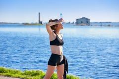 Löparekvinna som kopplar av efter den utomhus- genomköraren Arkivfoto