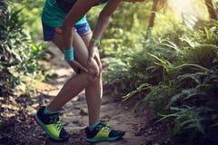 Löparelidande med smärtar på att köra för sportar royaltyfri bild