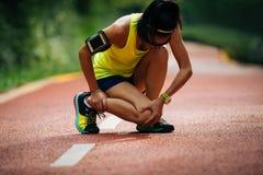 löparelidande med smärtar på sportar arkivfoton
