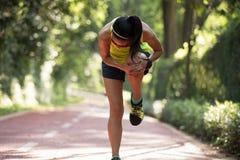 Löparelidande med smärtar på sportar som kör knäskadan arkivbild