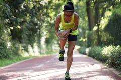 Löparelidande med smärtar på sportar som kör knäskadan arkivbilder