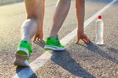 Löparemanfot som kör på vägcloseupen på skon arkivfoto