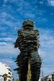 Löparen, en skulptur av exponeringsglas som staplas på järn arkivfoto